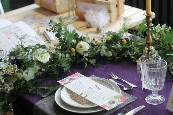 Hochzeits-Tischdekoration mit Blumen und Kerzen