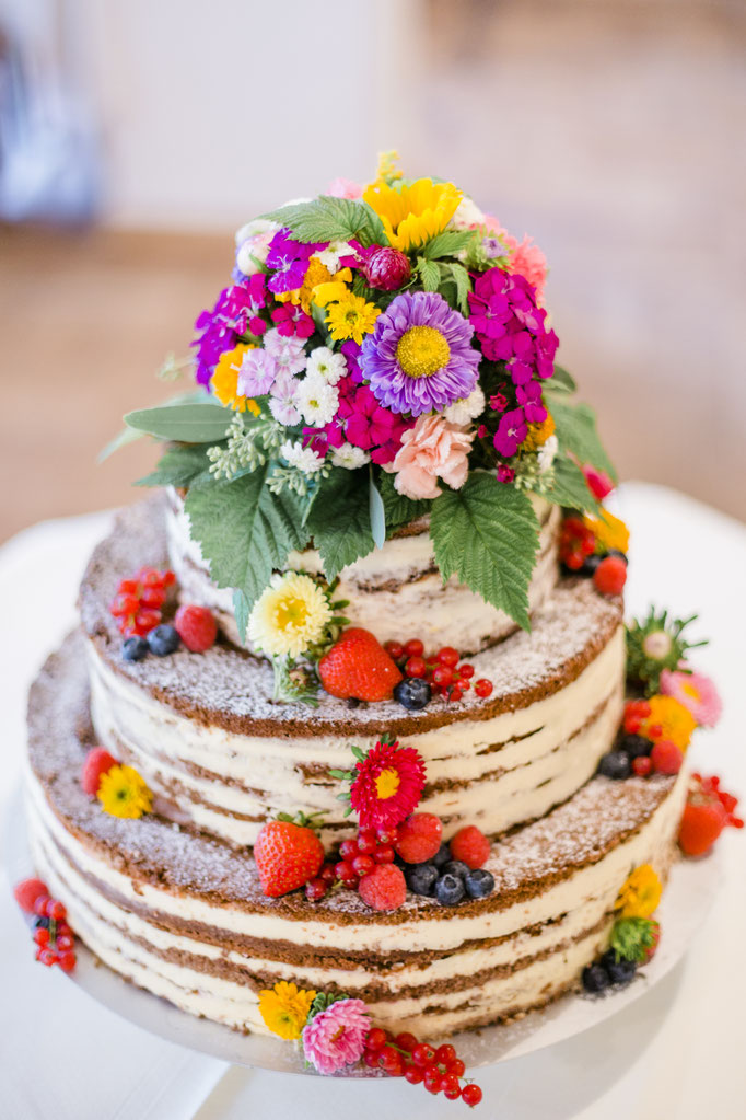 Traumhafte Hochzeitstorte mit Blumendekoration