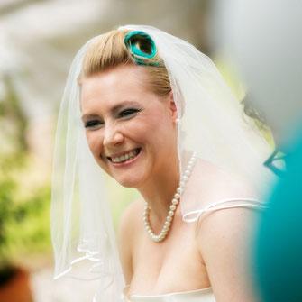 Strahlende Braut während der freie Trauung