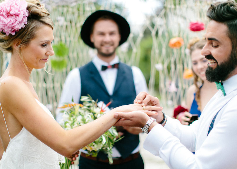 Freie Trauung: heiraten mit Strauß & Fliege