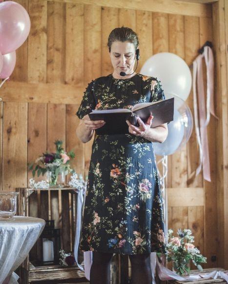 Hochzeitsrednerin Bayern: Angela Klein verzaubert auf Trauungen ihr Publikum
