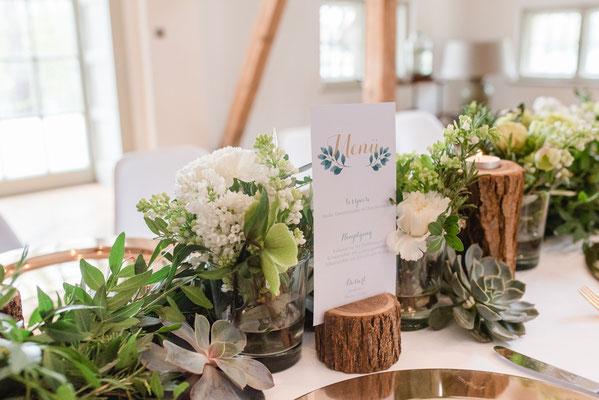 Tischdekoration mit Holz und Pflanzen
