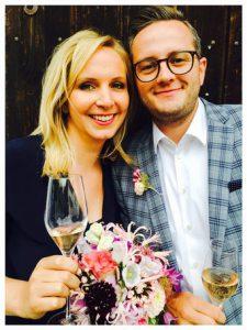 Glückliches Brautpaar stößt an mit Champagner nach dem Standesamt