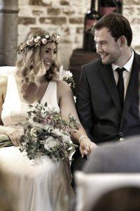 Brautpaar himmelt sich verliebt an während der Trauzeremonie