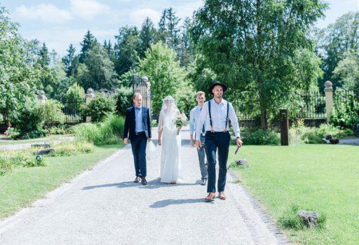 Gemeinsamer Einzug von Braut und Bräutigam zur freien Trauung im Obstgarten