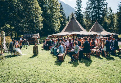 Niko und Sabrina feiern Ihre DIY freie Trauung im Blueland bei Ohlstadt in Bayern