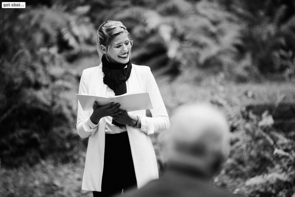 Eure Traurednerin Carolin Wett von Strauß & Fliege hält Hochzeitsreden mit ganz viel Herz