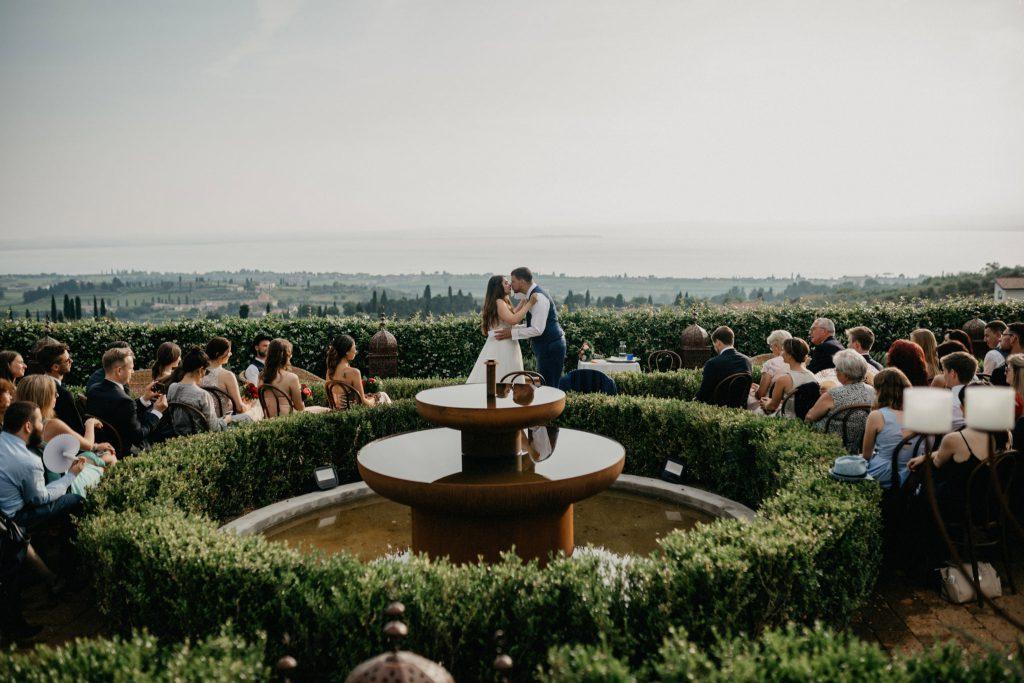 Hochzeit unter freiem Himmel mit Traurednern von Strauß & Fliege