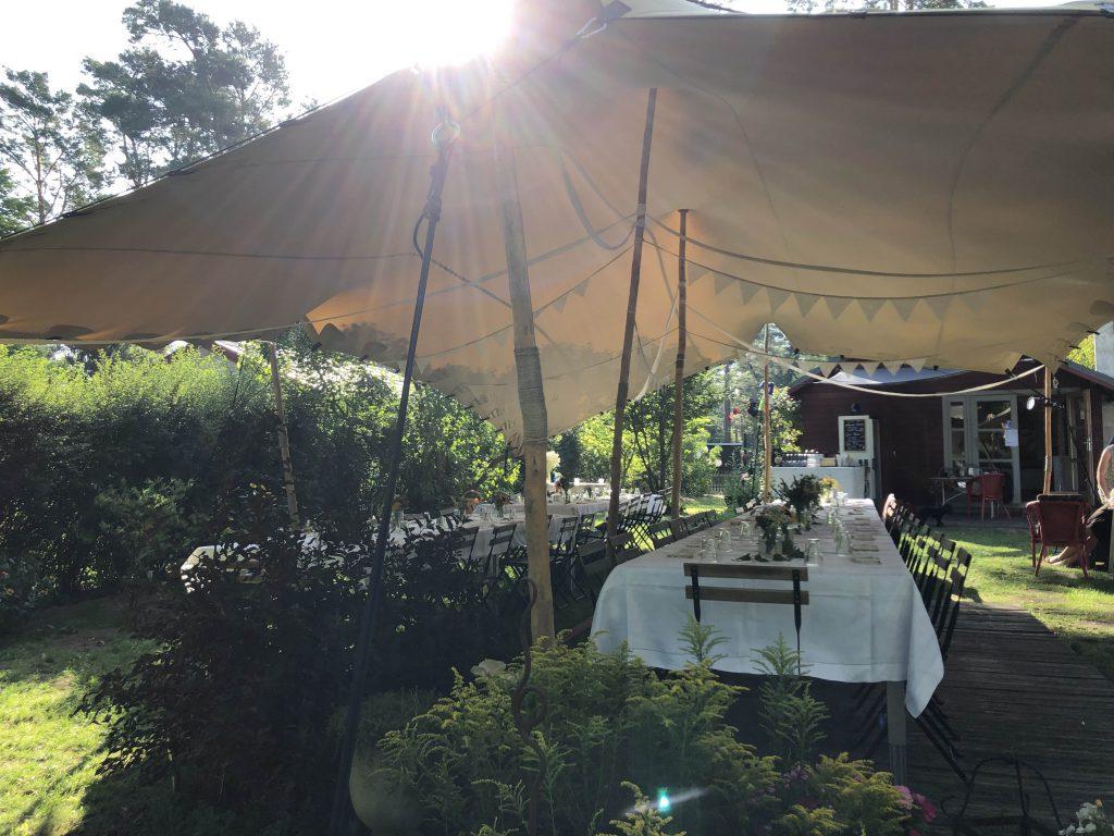 Dieses Zelt schützt vor Regen und Sonne gleichermaßen