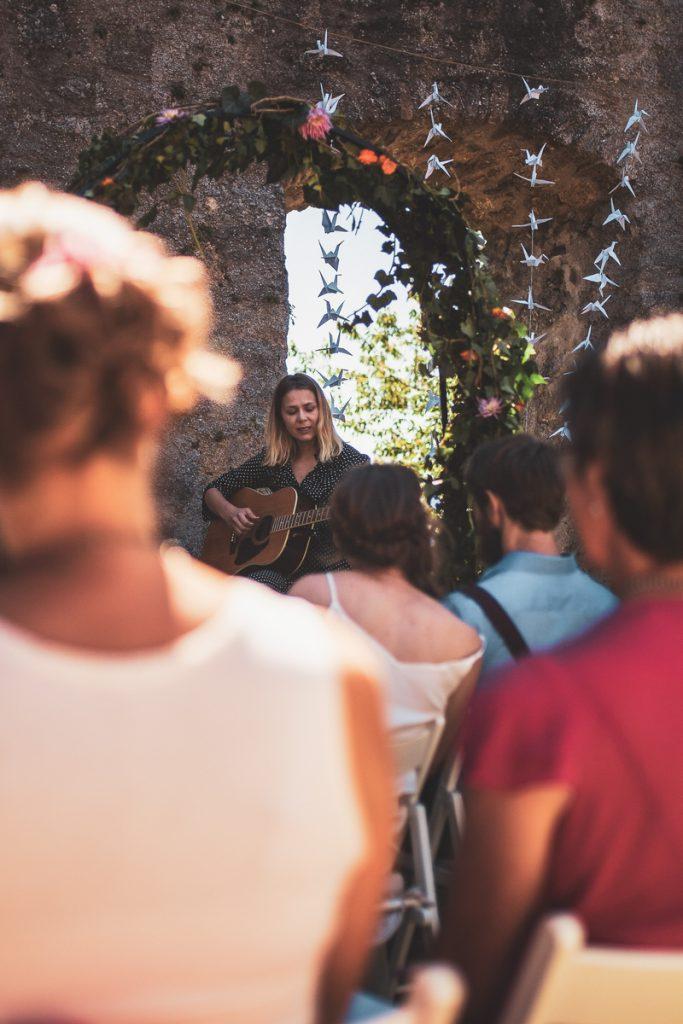 Traurednerin Veronika von Strauß & Fliege begleitet Eure Zeremonie auch mit Gesang