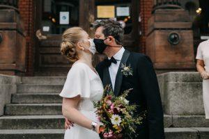 Corona Hochzeit Berlin mit Strauß & Fliege Traurednerin Juliane