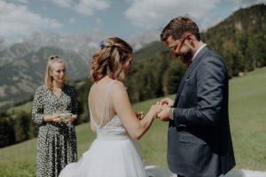 Traurednerin Marina Danner von Strauß & Fliege gestaltet traumhafte Hochzeiten