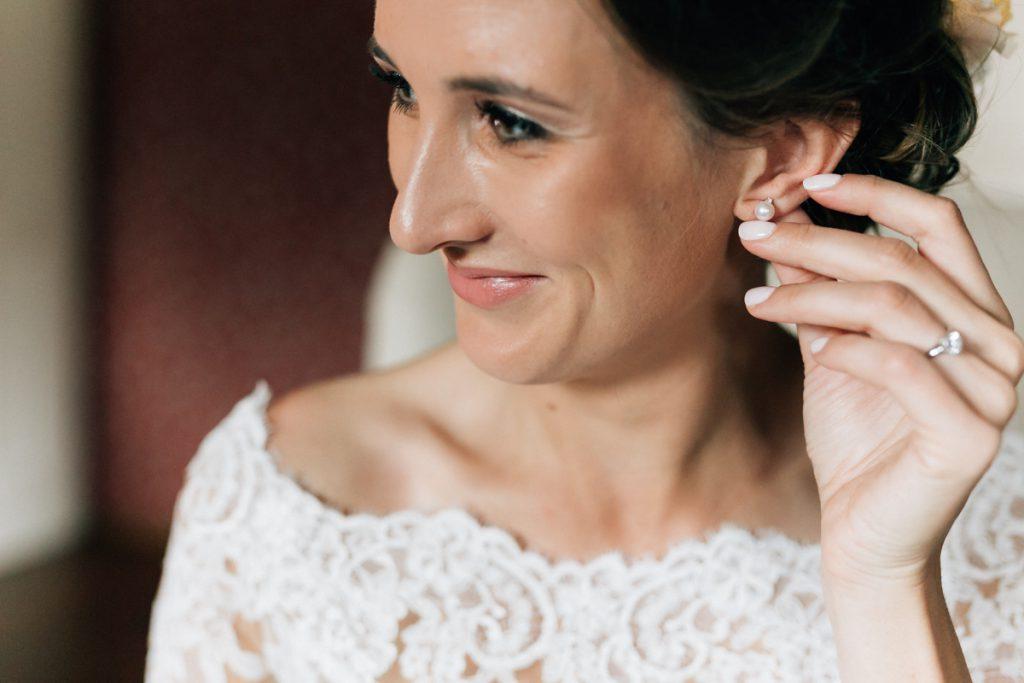 Braut bereitet sich vor auf die Trauzeremonie