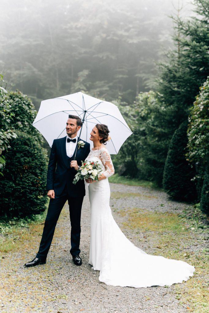 Brautpaar mit Regenschirm bei einer freien Trauung