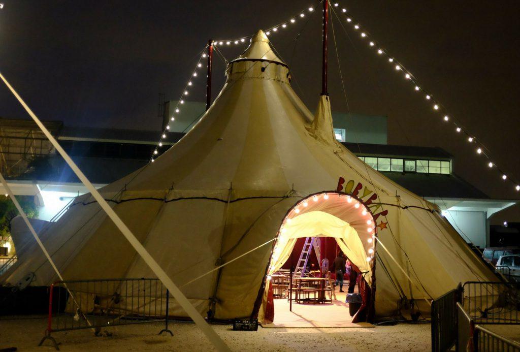 Freie Trauung und Hochzeit in einem Zirkuszelt bei Nacht