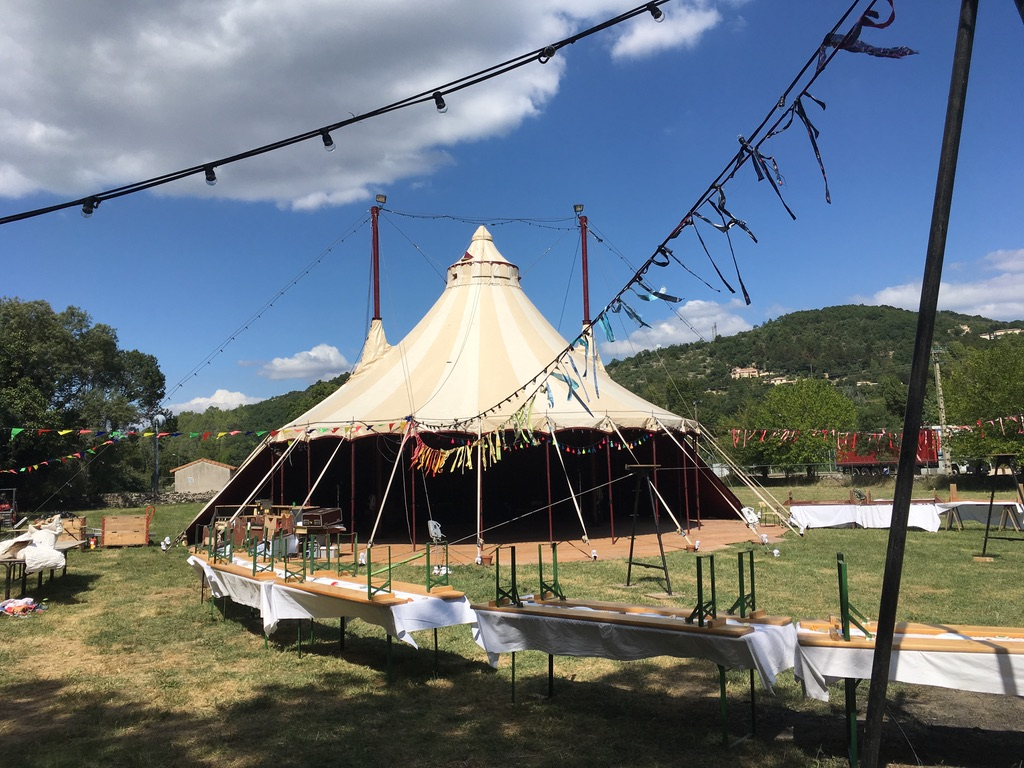 Zirkuszelt als Hochzeitslocation mit Terassenfunktion und Outdoorarea