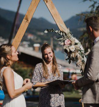 Ein Braupaar und seine Traurednerin während der Trauzeremonie