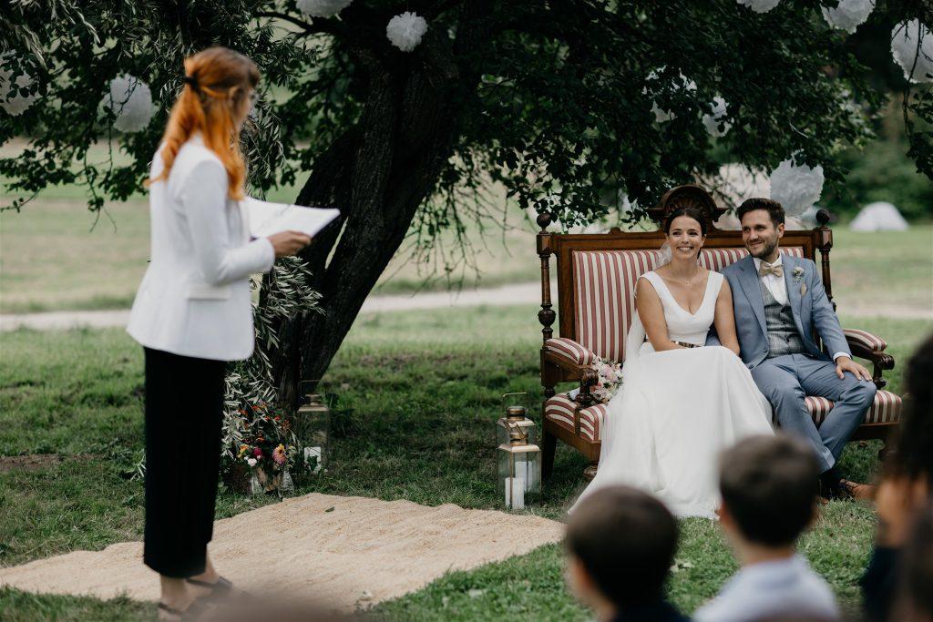 Wunderschöne freie Trauung im Freien mit Rednerin Veronika