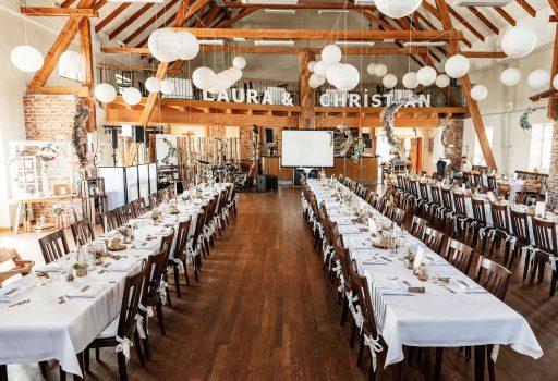 Tisch- und Raumdekoration einer Hochzeitsfeier