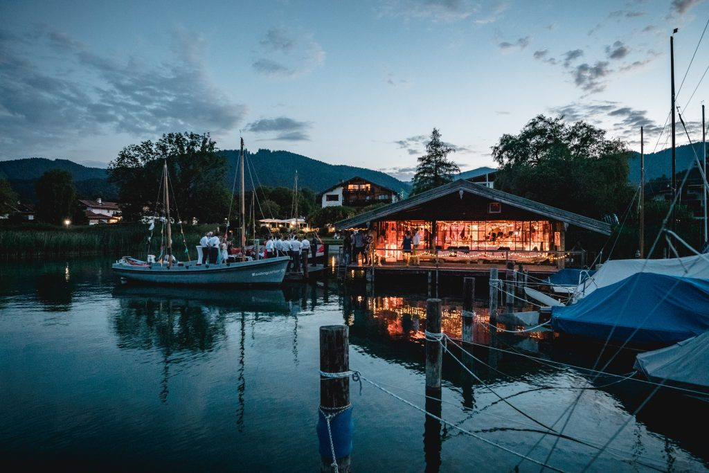 Bootshaus und Steg am See als Hochzeitslocation
