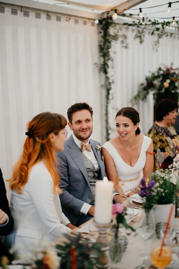 Brautpaar am Hochzeitstisch mit Gast