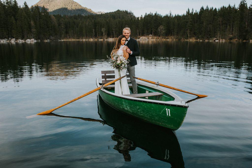 Ein Brautpaar im Ruderboot auf einem Gebirgssee
