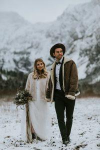 Brautpaar in verschneiten Bergen heiratet noch spontan in 2020