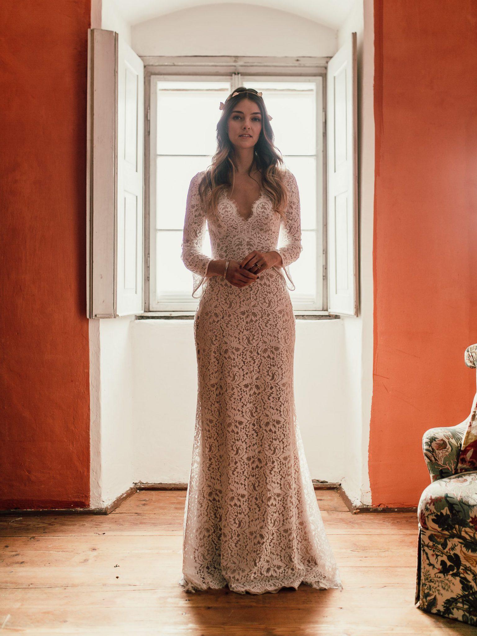Braut in Brautkleid aus Spitze