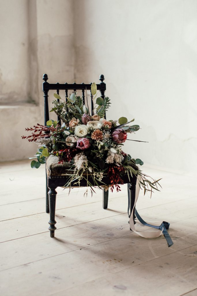 Brautstrauß drapiert auf antikem Sessel