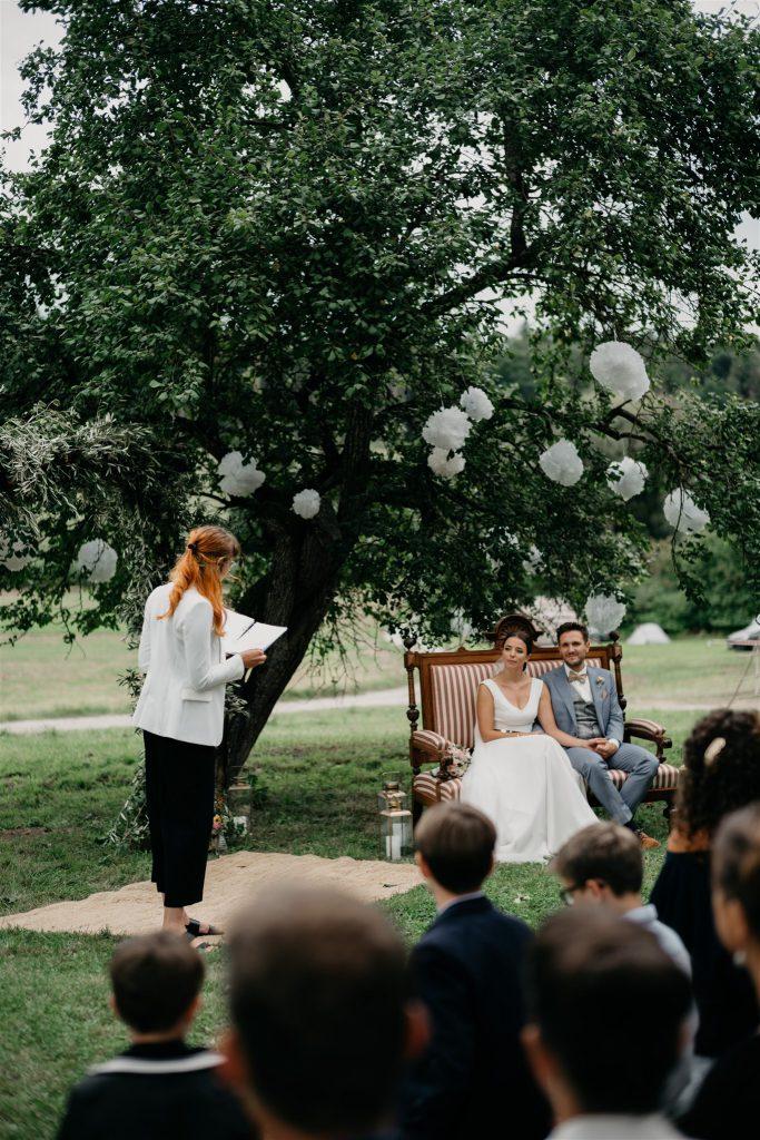 Freie Trauung unter einem Apfelbaum
