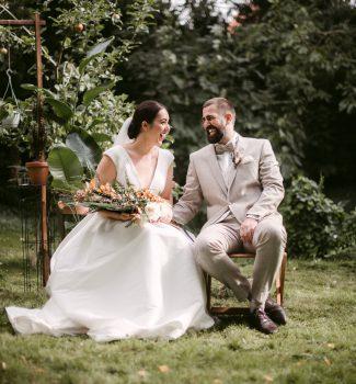 Strahlendes Brautpaar bei Trauung im Freien