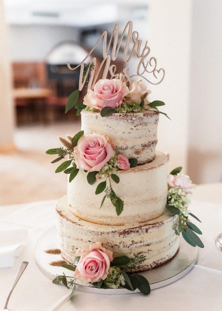 Hochzeitstorte mit Rosendekoration
