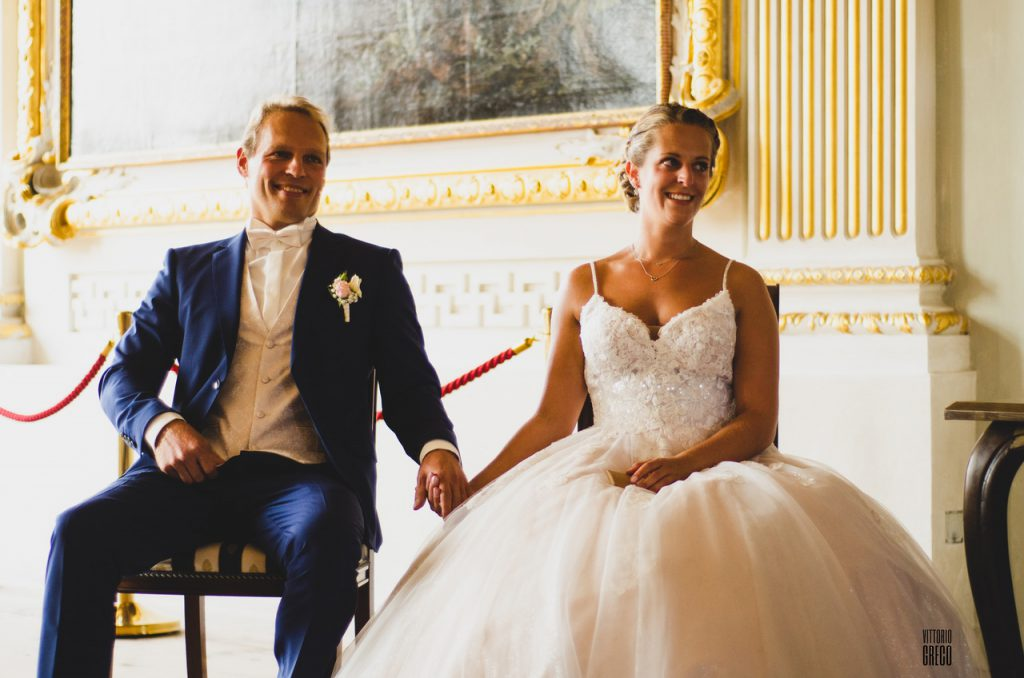 Brautpaar bei Märchenhochzeit in einem Schloss