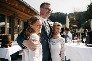 Traurednerin Carolin Imgrund von Strauß & Fliege mit glücklichem Brautpaar