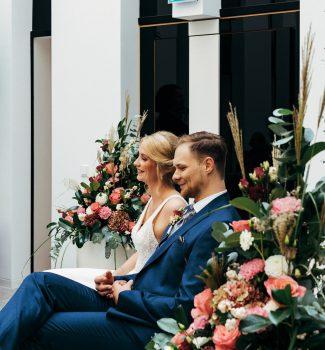 Brautpaar bei Trauzeremonie mit Rednerin Anna Fasciani