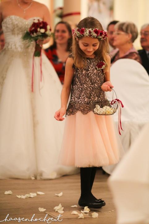Bluemenmädchen beim Einzug der Braut
