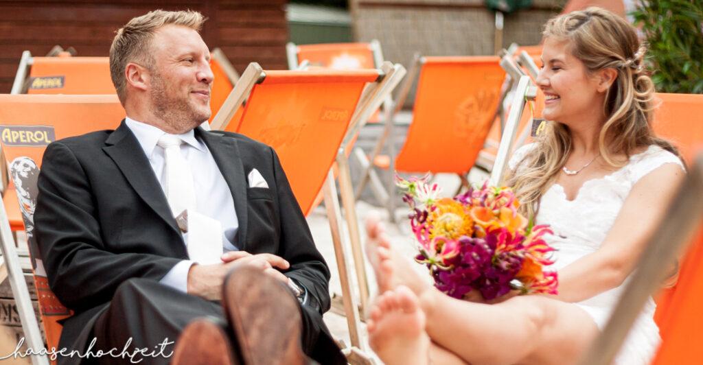 Brautpaar am Strand in Liegestühle bei Elopement Destination Wedding
