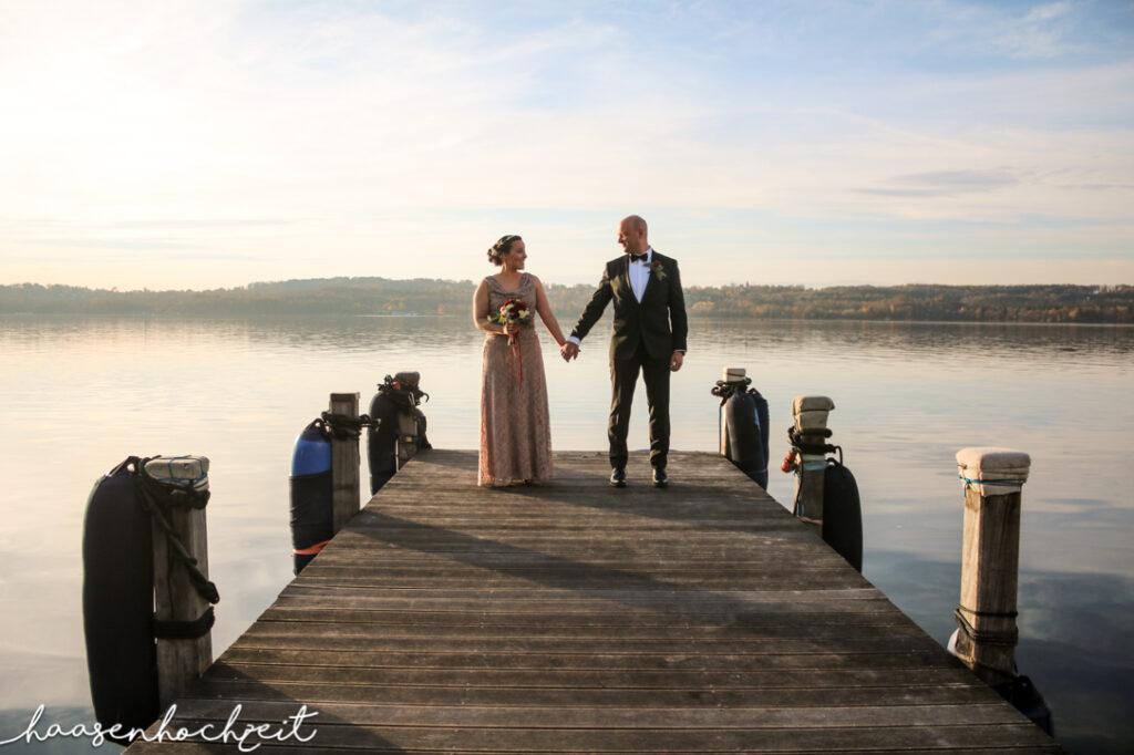 Brautpaar nach der Trauzeremonie auf einem Bootssteg