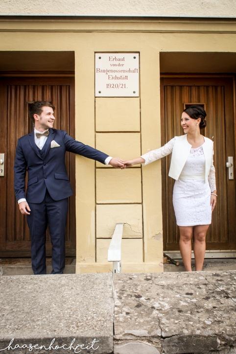 Brautpaar vor dem Standesamt