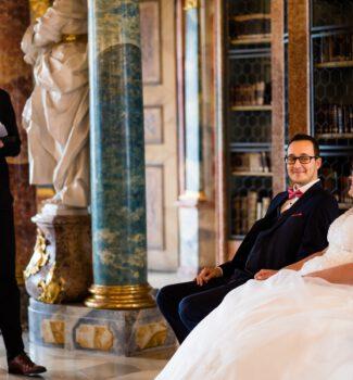 Verliebtes Brautpaar schmunzelt sich zu während der Traurede