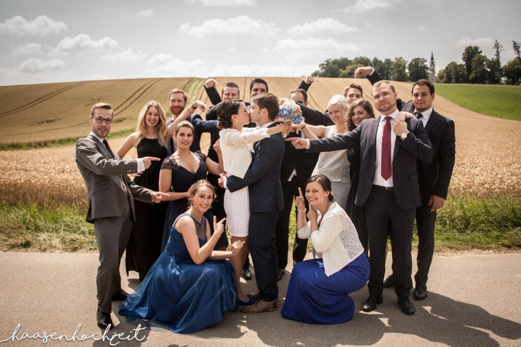 Brautpaar und Hochzeitsgäste Freunde und Familie