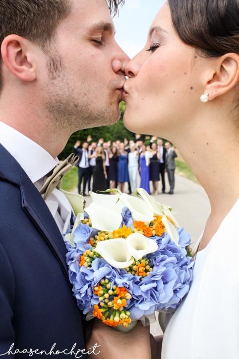 Kreatives Foto mit Brautpaar und Hochzeitsgesellschaft