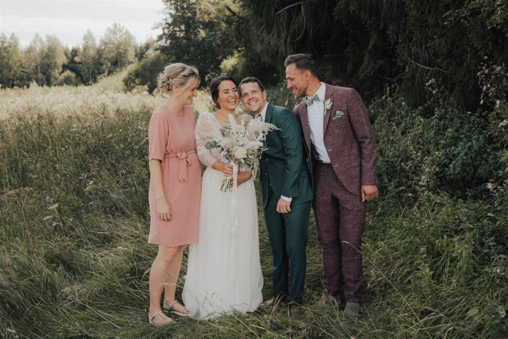 Brautpaar mit Trauzeugen auf einer Almwiese