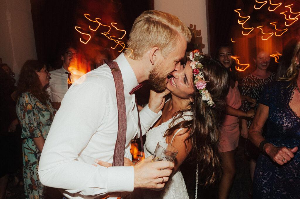 Lachendes Brautpaar feiert bei seiner Hochzeitsparty