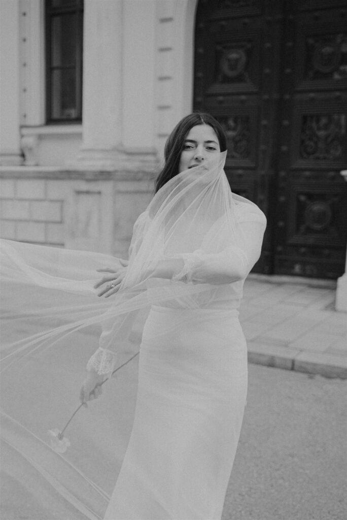 Braut mit wehendem Schleier schwarz-weiß OH OUI BRIDAL
