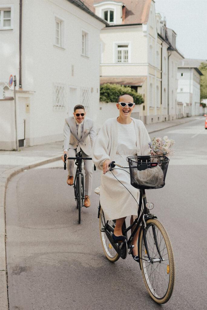 Braut und Bräutigam auf dem Fahrrad unterwegs