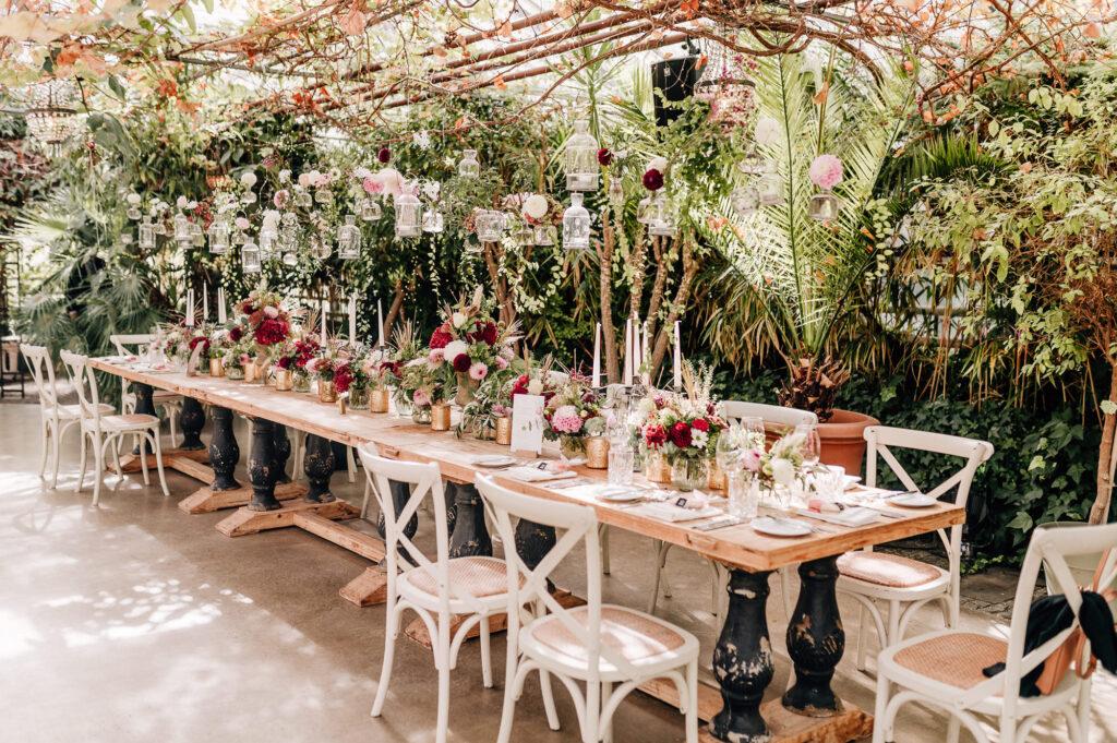 Hochzeit im Gewächshaus zwischen Boho und Dschungelflair