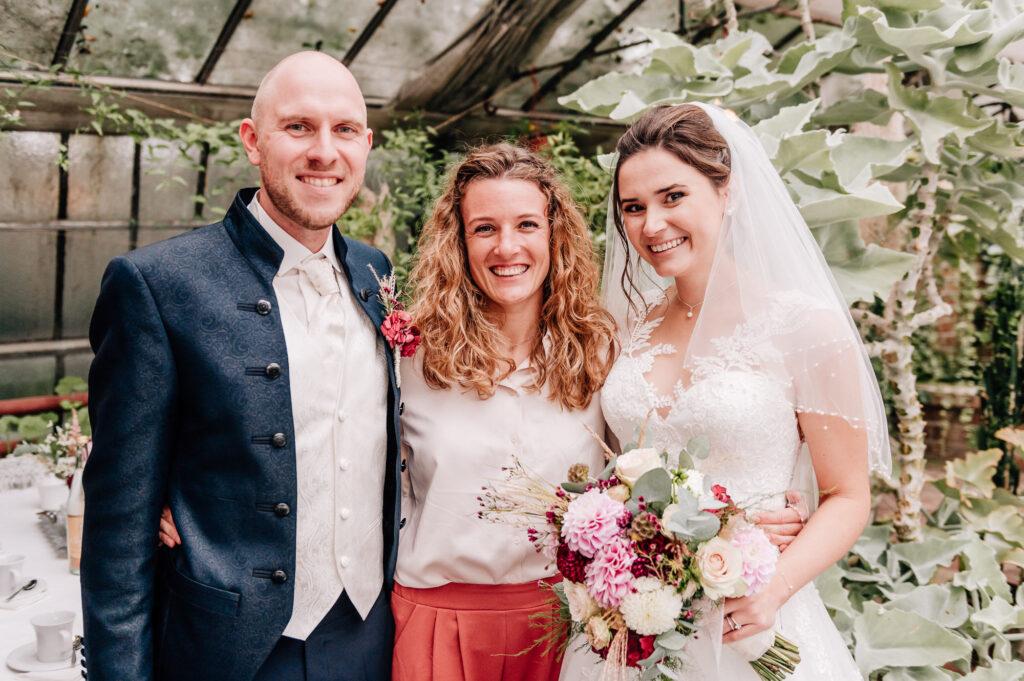 Freie Trauung Allgäu Hochzeitsrednerin Carolin Imgrund mit Brautpaar