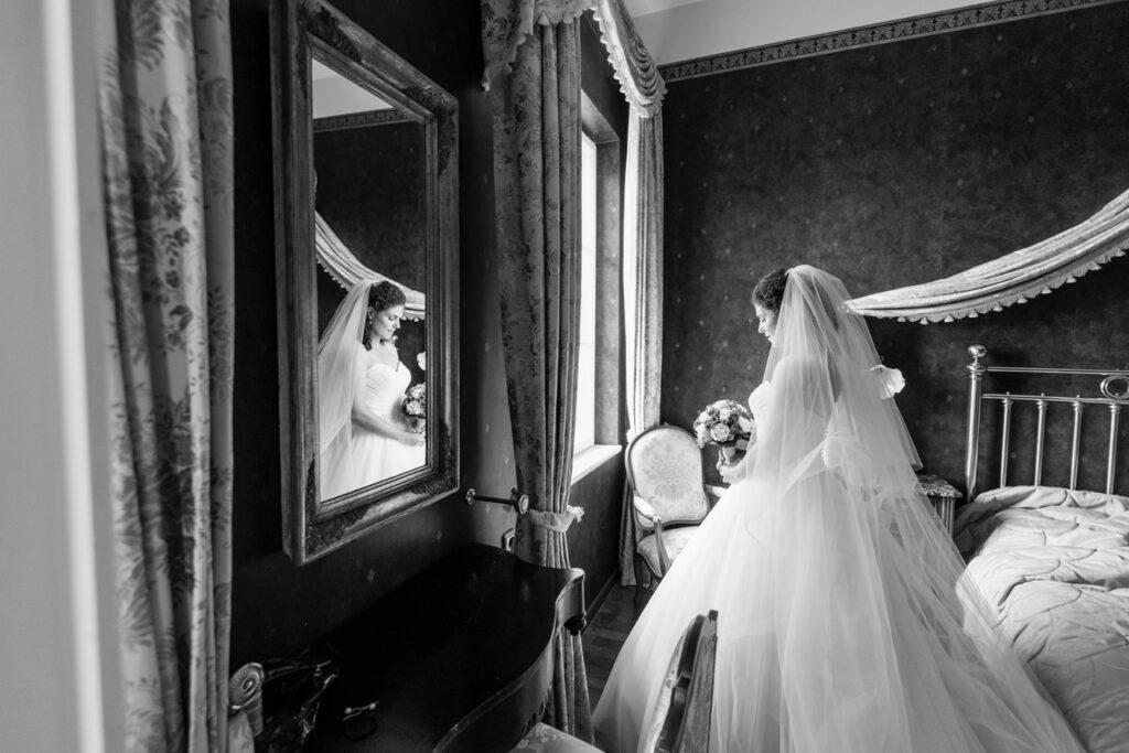 Braut macht sich bereit für die Trauung in pompösen Schlosssaal