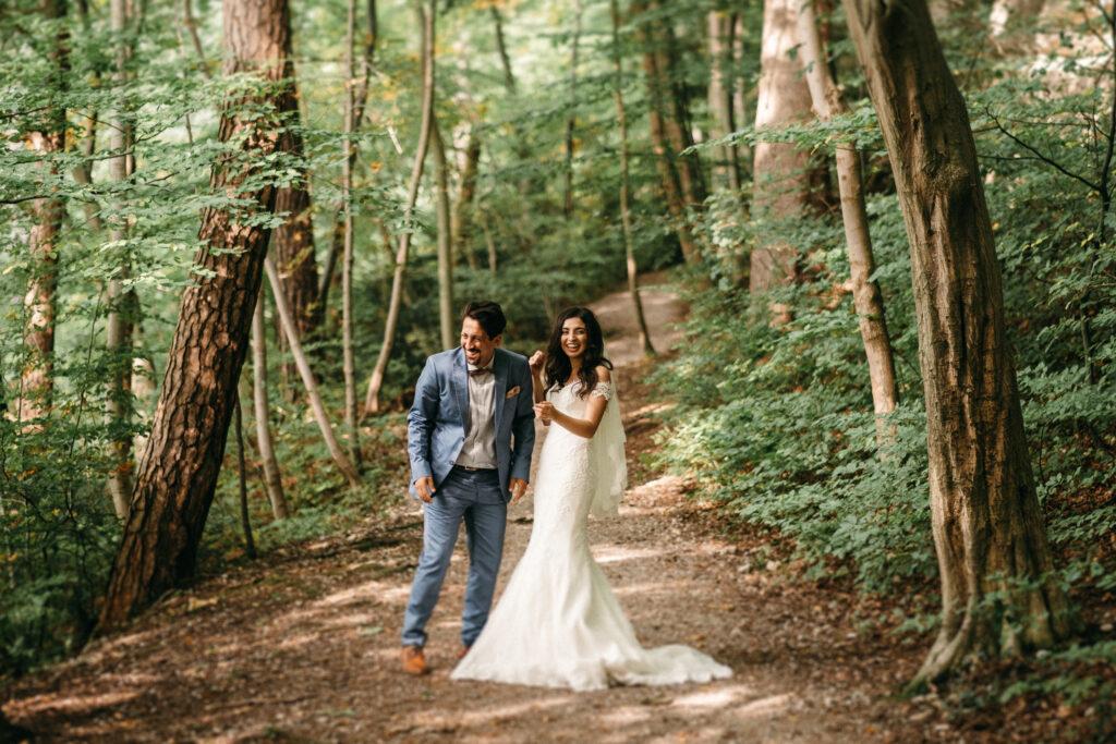 Lachendes Brautpaar im Wald